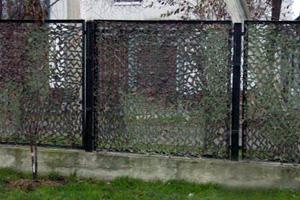 Задекорировать забор с помощью комуфляжной сети